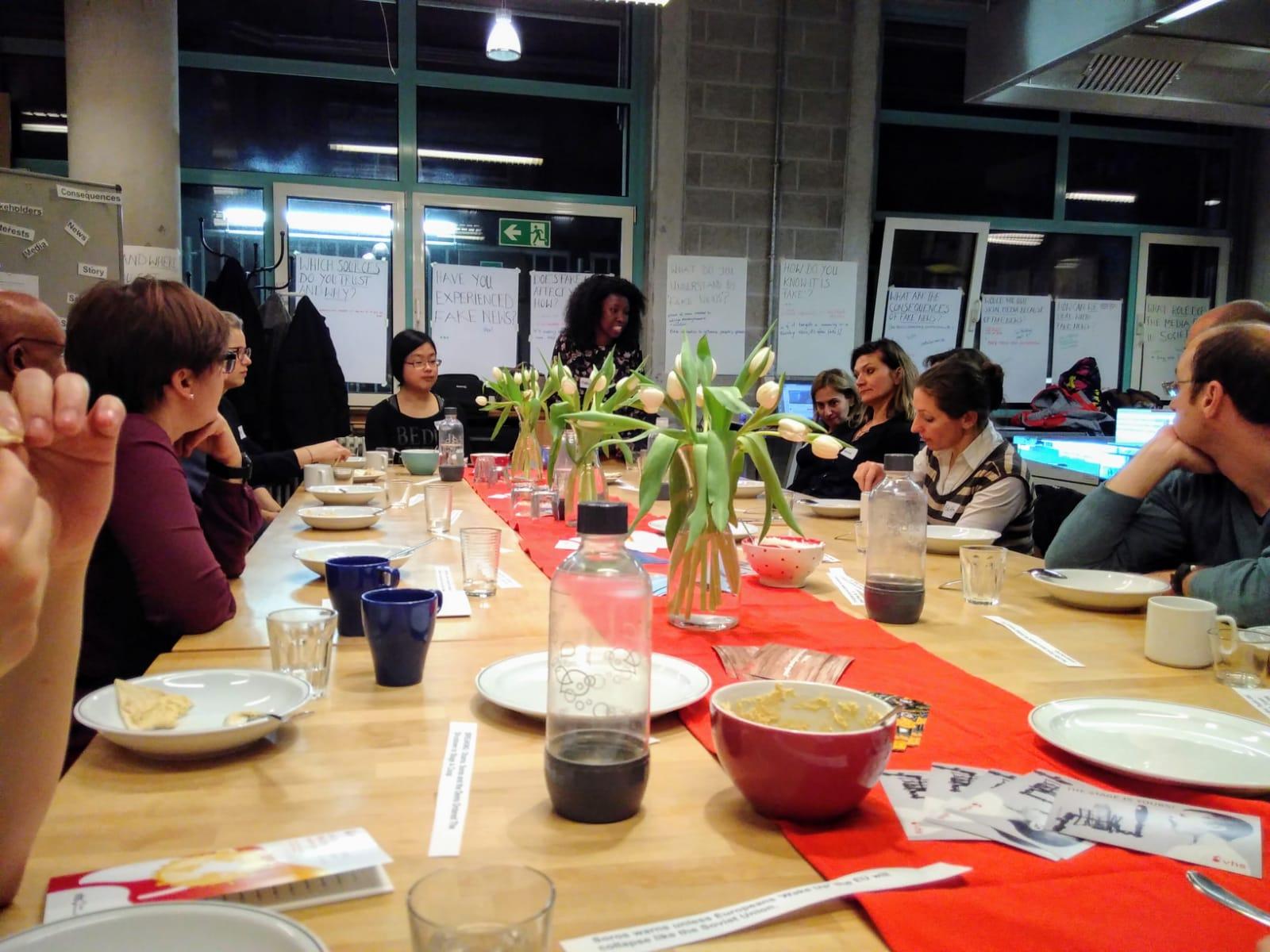 Gemeinsames Essen und Diskutieren