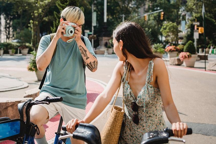 Fahrradfahrer unterwegs mit Kamera